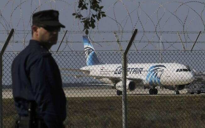 Policial faz a guarda do aeroporto de Lanarca, no Chipre, onde o avião sequestrado pousou
