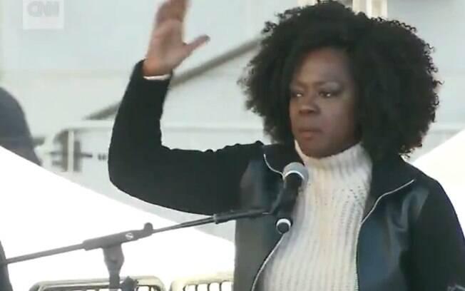 """Atriz Viola Davis de """"How to Get Away with Murder"""" durante discurso em Los Angeles"""