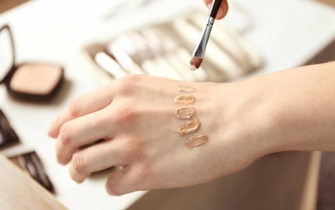 Para saber como escolher a base certa é preciso que o produto fique uniforme na sua pele, sem o efeito 'craquelado'