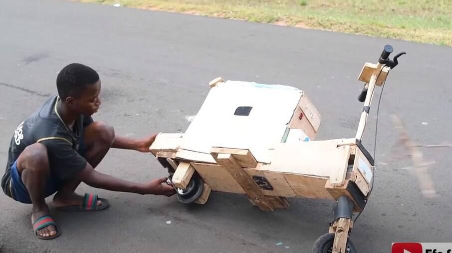 Scooter de madeira tem até sistema de som Bluetooth e conta com autonomia suficiente para rodar por uma semana