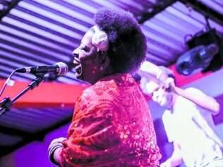 Rita Silva à frente da banda 12dooito, uma atração da Revirada