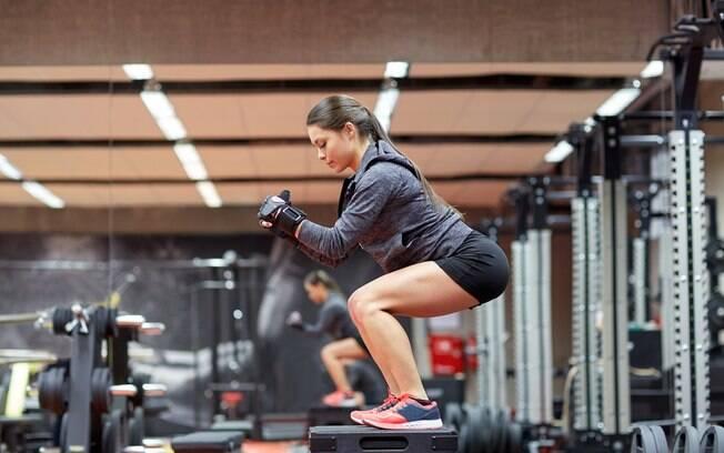 Muitas influenciadoras digitais fazem um treino de musculação específico para cada membro do corpo, como perna, braços e glúteos, mas esse tipo de série de exercícios só é indicada para alunos avançados e com boa experiência
