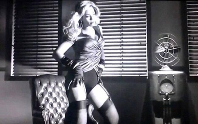 Beyoncé dança sensualmente em cena do clipe de