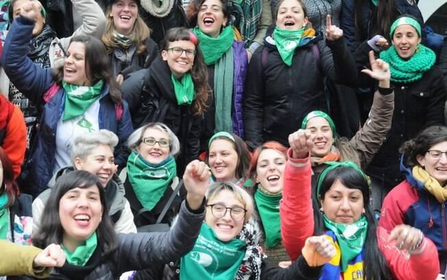 Manifestantes contra e a favor da legalização do aborto se manifestam na frente do Congresso Nacional