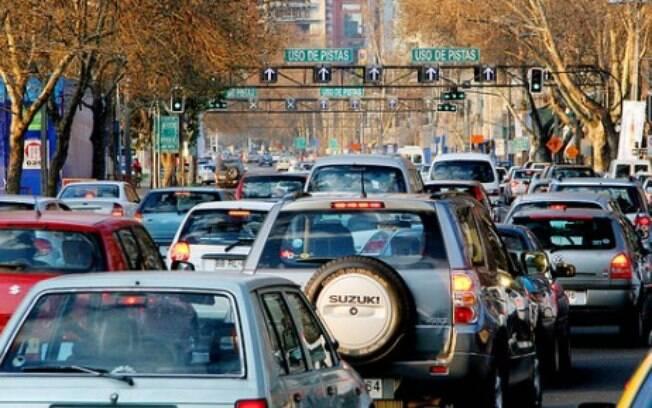 É raro alguém usar a buzina no trânsito de Santiago, onde quase não vimos motos circulando