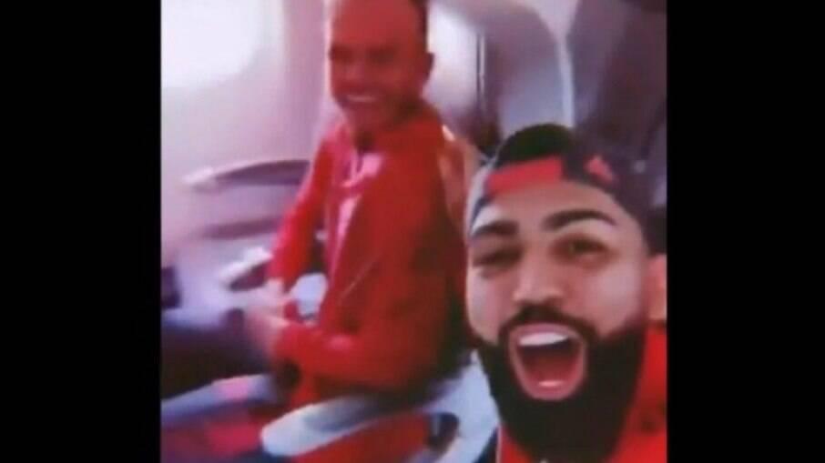 Gabigol grava vídeo após avião do Flamengo pousar no Rio