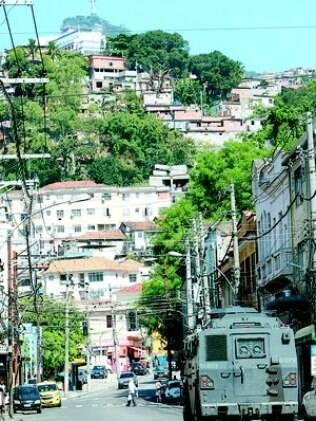 Caveirão passa pela Rua Itapiru, durante a guerra pela disputa dos pontos de tráfico no Fallet, em julho