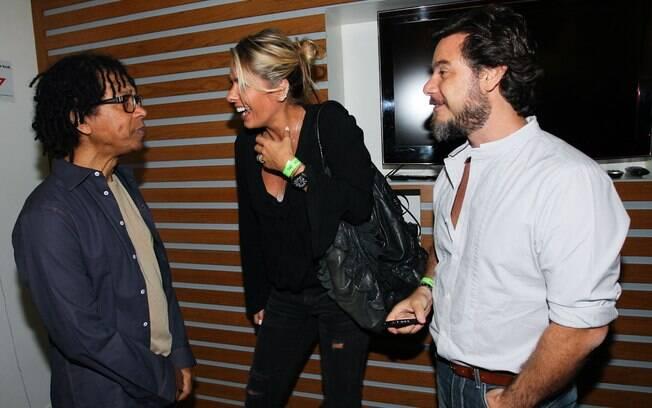 Adriane Galisteu e o marido, Alexandre Iodice, vão ao camarim de Djavan após o show