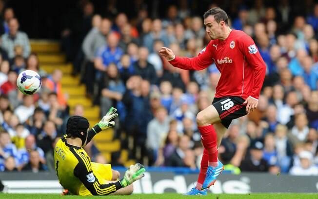 Jordon Mutch supera Petr Cech e abre o placar para o Cardiff diante do Chelsea
