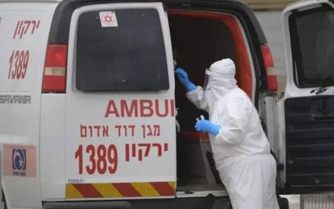 O médico foi visto removendo roupas de proteção antes de cuspir em três imagens