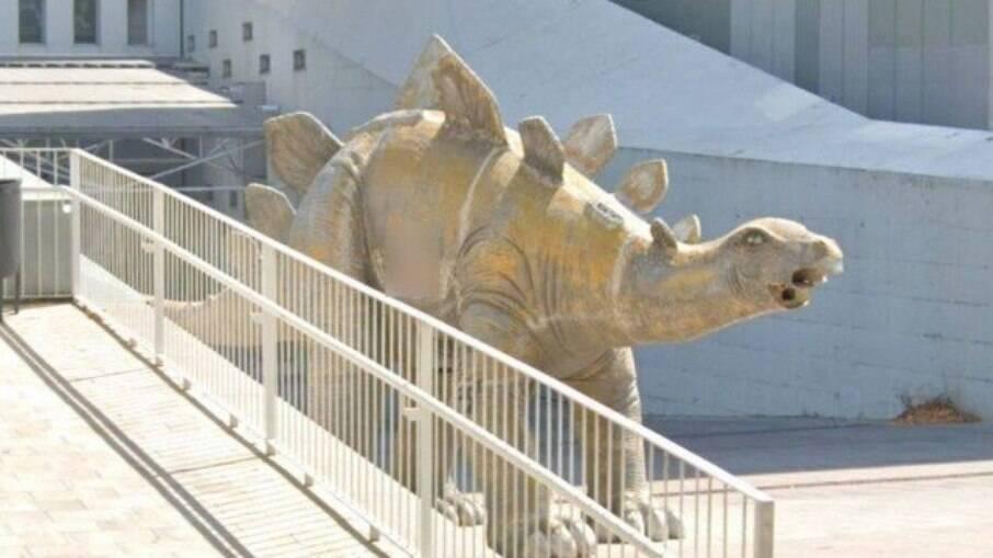 Cadáver foi encontrado dentro de estátua de dinossauro em Barcelona, na Espanha