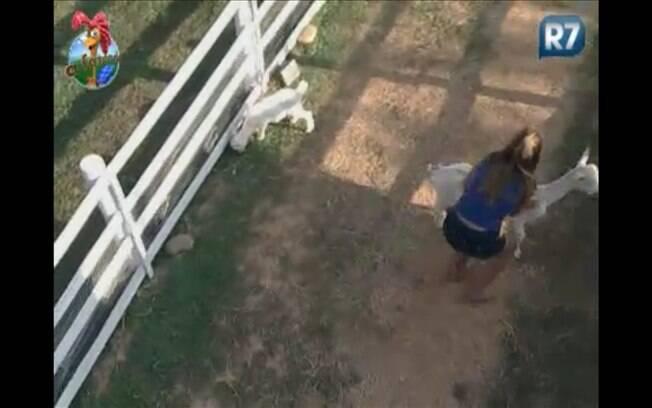 Raquel corre para tentar controlar os bichos