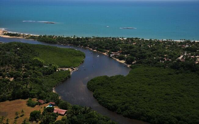 O turista pode fazer um passeio de boia pelo principal rio da região