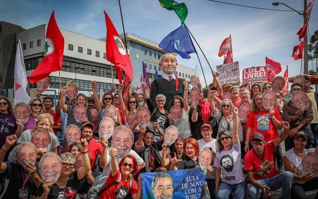 Manifestantes se concentram para acompanhar depoimento de Lula no caso do sítio