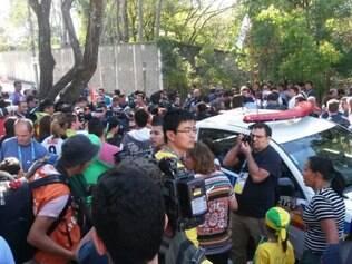 Membros da imprensa e torcedores marcam presença na porta do Sesc Venda Nova para ver a seleção