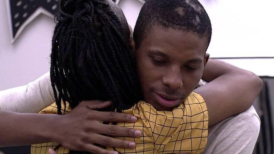 Após conversa, Karol e Lucas se abraçam