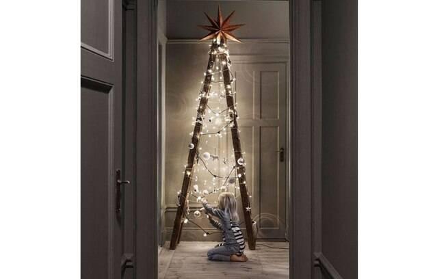 E para quem tem sempre uma obra em casa, porque não aproveitar a velha escada de madeira e encher de luzes?