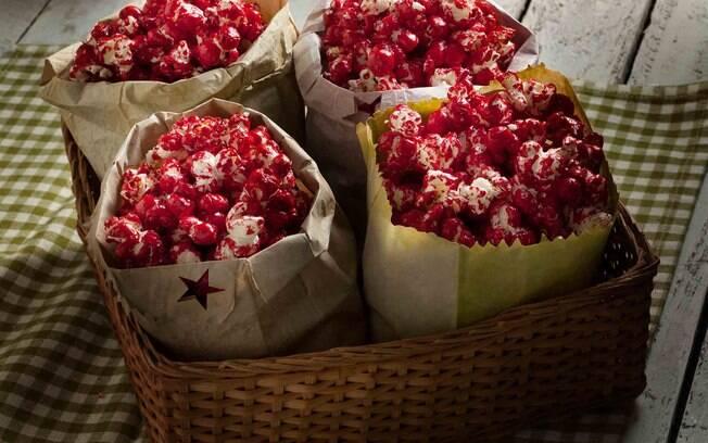 Apesar de não ter festas acontecendo, fazer a pipoca doce em casa é uma alternativa para trazer a festa junina para o lar