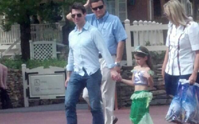 Tom Cruise mimando Suri na tarde dessa segunda-feira (30)