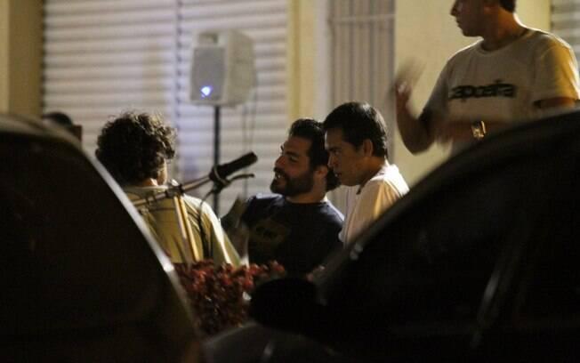 Sem Vanessa Lóes, Thiago Lacerda se diverte na companhia de amigos em um barzinho nessa terça-feira (28)
