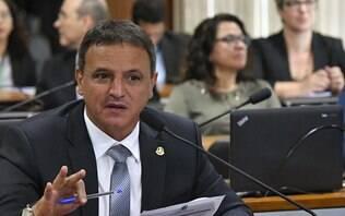 Senador pede criminalização do caixa dois em relatório, mas votação é adiada