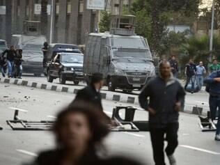 Manifestantes entram em confronto com a polícia egípcia