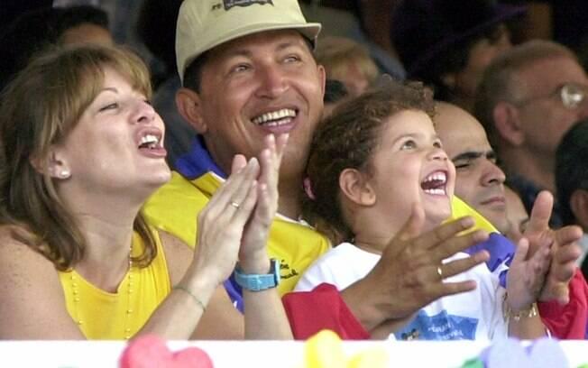Chávez e sua então mulher Marisabel posam para foto ao lado da filha Rosa durante parada pelo Dia das Crianças em Caracas, em 2001