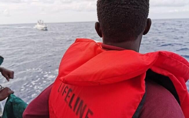 Migrantes que estão no navio foram resgatados de botes infláveis