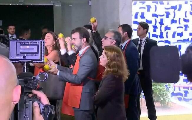 Opositores à reforma da Previdência protestaram enquanto Bolsonaro chegava para entregar o projeto
