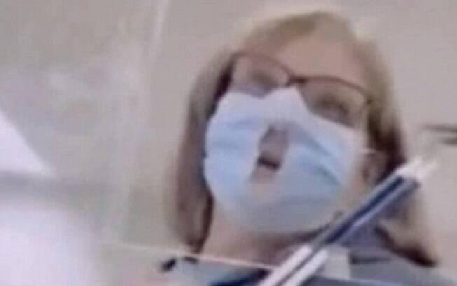 Mesmo com a pandemia do Covid-19, mulher fez furos no centro de uma máscara para respirar melhor