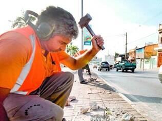 Risco ao pedestre. Após reportagem de O TEMPO, prefeitura removeu obstáculos na Antônio Carlos