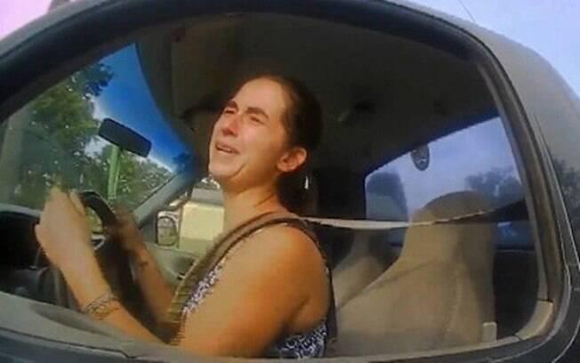 Emily Sindt Owings ao ser parada por policiais em Oklahoma, EUA