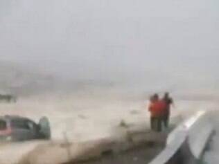 O homem ficou preso no teto do carro e por sorte, populares que estavam próximos ao local conseguiu resgatá-lo. Margin também conseguiu se salvar