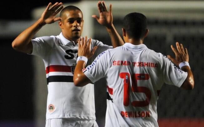 Welliton e Denílson comemoram o gol da  vitória do São Paulo sobre o Atlético-MG no  Morumbi