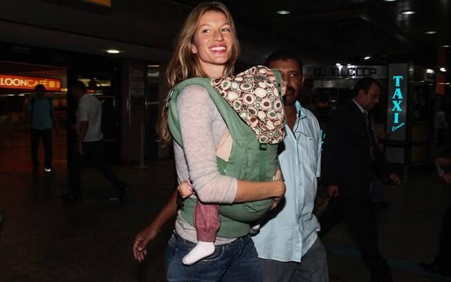 Gisele Bündchen desembarcou sorridente nesta terça-feira (10)