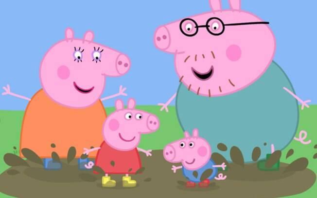 Peppa vive com seus pais, Papai Pig e Mamãe Pig, e seu irmãozinho mais novo, George