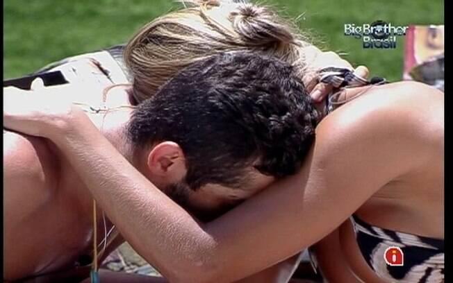 Yuri conforta Fabiana enquanto sister chora