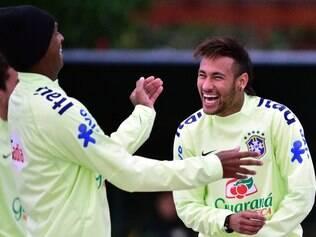 Neymar brinca com companheiros durante treinamento da seleção brasileira