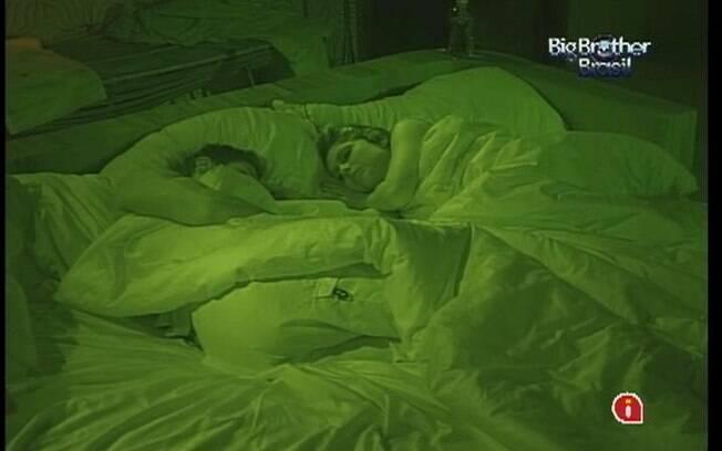 No Quarto do Líder, Renata e Jonas continuam dormindo