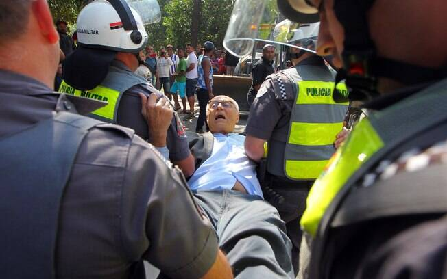 O ex-senador no momento em que é imobilizado por agentes da Polícia Militar em reintegração de terreno da Prefeitura
