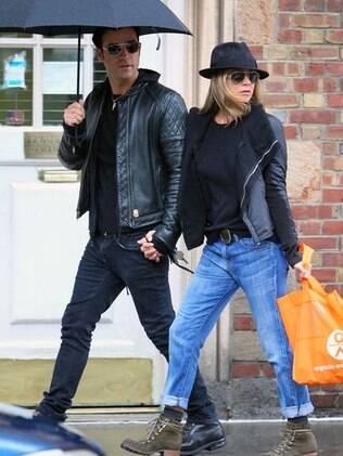 Jennifer Aniston e Justin Theroux em Nova York: o estilo da atriz está mais urbano, biker, bem como o do namorado