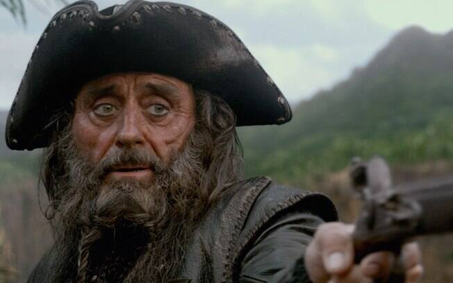 Barba Negra luta para encontrar a fonte da juventude em ''Piratas do Caribe: Navegando em Águas Misteriosas''