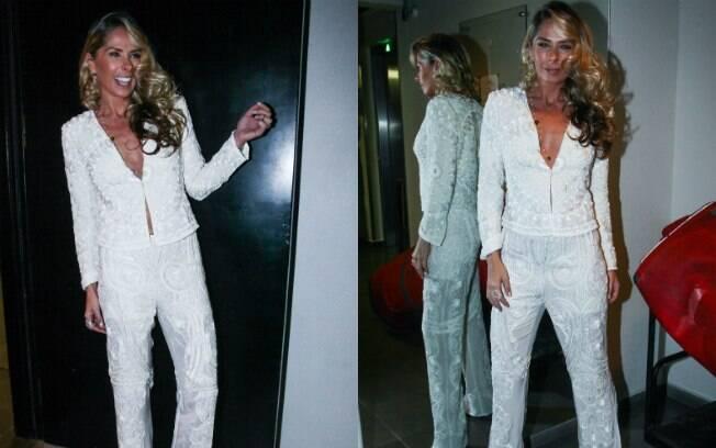 Adriane Galisteu usou look decotado no prêmio Cabelos & Cia