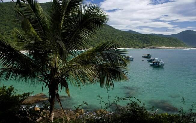 O acesso às praias é por trilhas na mata ou passeios de barco