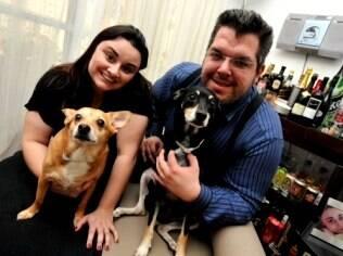 Adriana e seu marido, os 'pais' de Luigi, um vira-lata simpático adepto de uma dieta natural e com direito a um cardápio elaborado por uma veterinária especialista