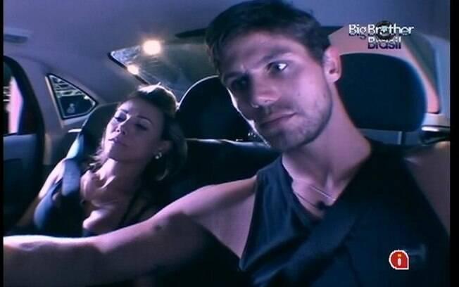 Sentada no banco traseiro ao lado de Jonas, Fabiana fala sobre o movimento do automóvel
