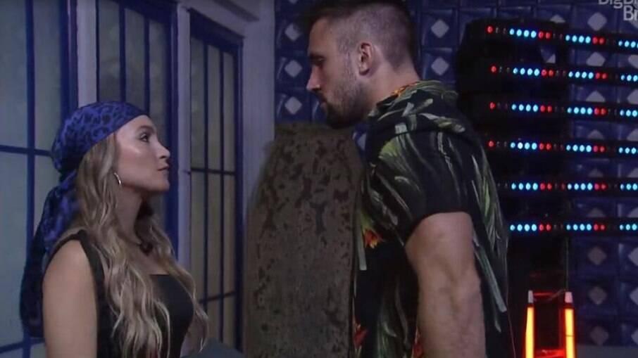 Carla Diaz e Arthur tiveram momentos típicos de relacionamento abusivo no BBB 21