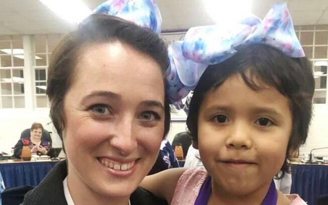 Professora Shannon Grimm aparece com o cabelo curtinho ao lado da aluna que sofreu bullying na escola