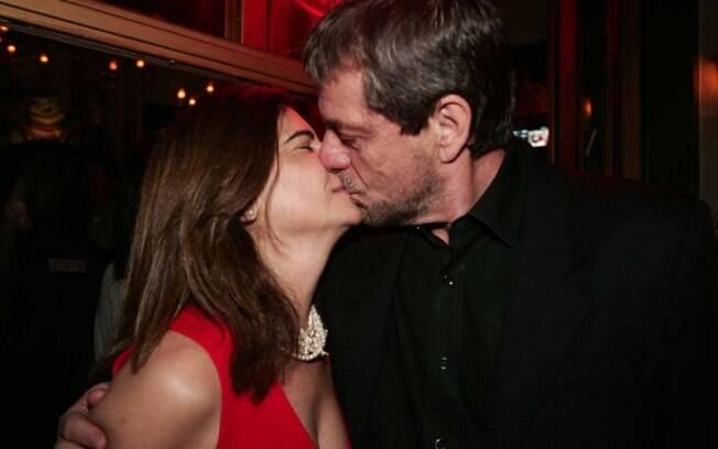 O novo casal de namorados, Mayara Magri e Flávio Galvão, se beijam