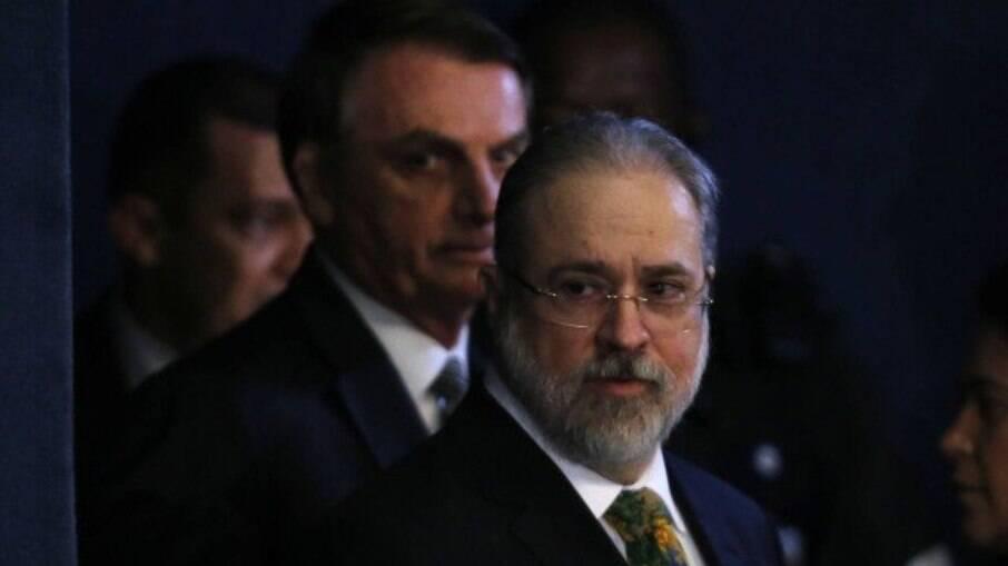 O procurador-geral da República Augusto Aras com o presidente Jair Bolsonaro ao fundo